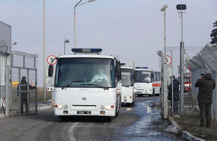 Автобуси з евакуйованими українцями з китайського міста Ухань виїжджають з аеропорта Харкова, 20 лютого 2020.