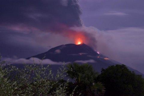 В Индонезии из-за вулкана Левотоло эвакуировали около трех тысяч человек