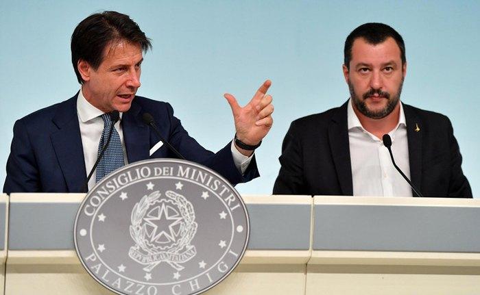 Премьер-министр Италии Джузеппе Конте (слева) и министр внутренних дел Маттео Сальвини