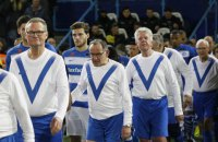 В высшем дивизионе Голландии вместо детей-талисманчиков команду на поле выводили 65-летние мужчины