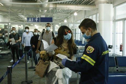 В аэропорту Афин 17 украинцев поместили в изолятор из-за запрета на въезд (обновлено)