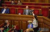 """Депутат від """"Голосу"""" подарувала новому прем'єру Шмигалю мішок з іграшковими котами"""