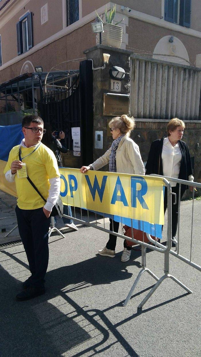 Перед виборчою дільницею в Римі