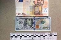 В Киеве задержали двух мошенников, обменявших на гривны 12 тыс. поддельных долларов