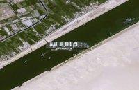 Застряглий в Суецькому каналі контейнеровоз показали з космосу