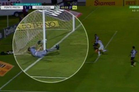 У чемпіонаті Бразилії голкіпер зробив сейв, відбивши м'яч сіткою із зовнішнього боку воріт