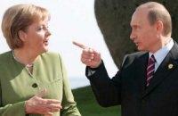 Путин пообещал Меркель частично отвести войска от границы Украины