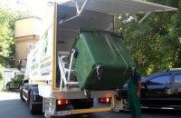 У Києві з'явилася спецтехніка для миття контейнерів для сміття