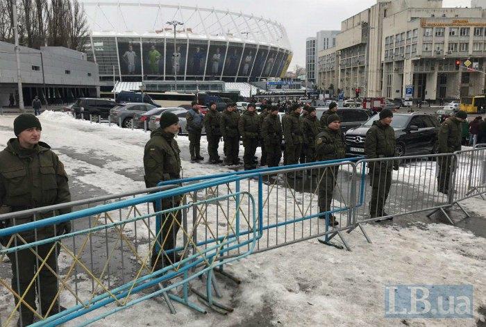 Охрана возле Дворца спорта