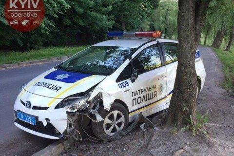В киевском парке обнаружили разбитый автомобиль патрульной полиции