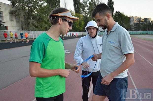 Тренер Саша объясняет новичку клуба Андрею принцип работы в паре с незрячим бегуном