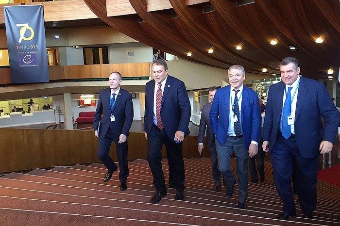 Глава делегации Россия в ПАСЕ Петр Толстой ( второй слева) прибывает на сессию