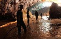 В Таиланде начали операцию по спасению подростков и тренера из пещеры