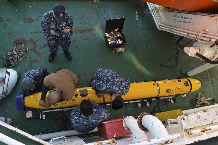 Моряки 1-й эскадрильи беспилотных подводных аппаратов (UUVRON 1) проводят техническое обслуживание беспилотного подводного аппарата Bluefin-12D