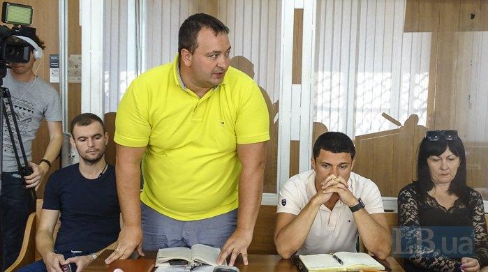 Адвокат Михайло Коротюк ( у жовтій поло)