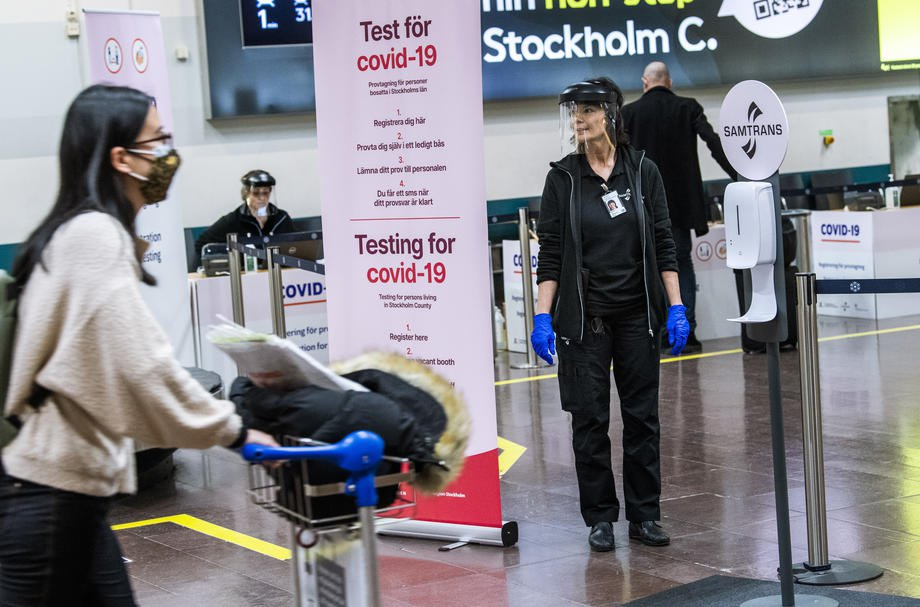 Тестування на covid-19 проводиться для всіх пасажирів, які прибувають міжнародними рейсами, в аеропорту Арланда, Швеція, 22 лютого 2021 р.