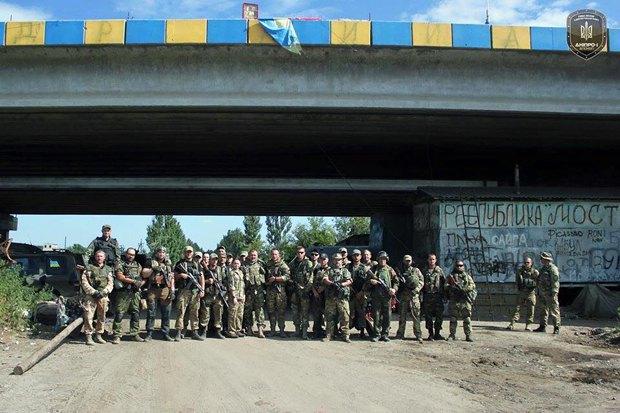 Общее фото бойцов полка <<Днепра-1>> у знаменитого моста перед выводом из Песков