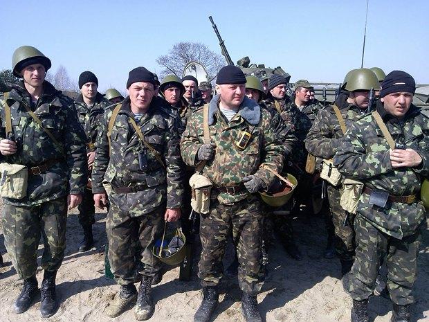 Сергей (первый слева) пошел в армию добровольцем после аннексии Крыма