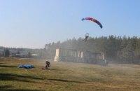 В Нежине во время тренировочного прыжка с парашютом разбился спасатель ГСЧС (обновлено)