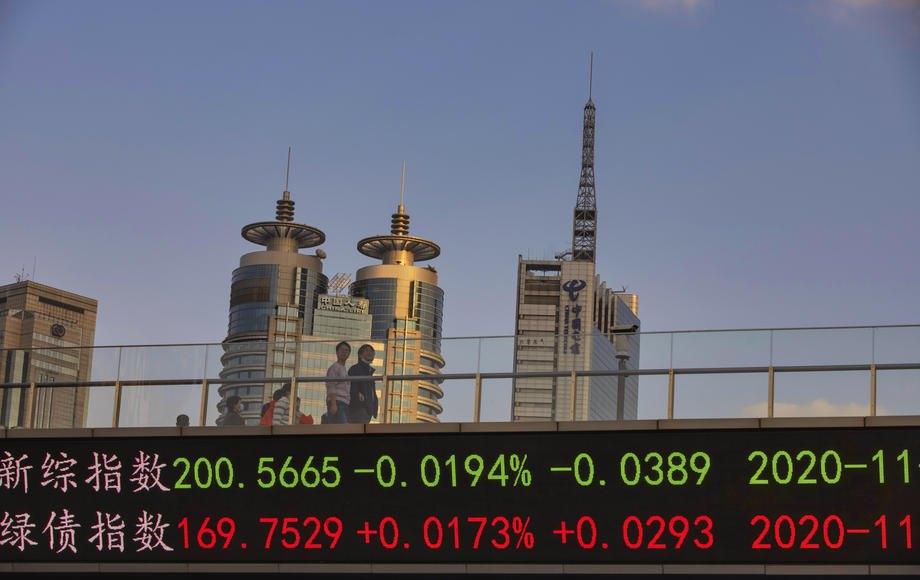 На экране на мосту высвечиваются курсы акций и валют, Шанхай, 9 ноября 2020.