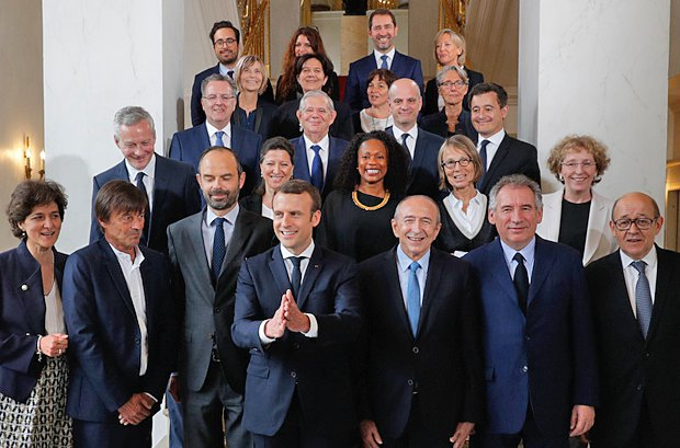 Президент Франції Еммануель Макрон (4й зліва) та члени уряду після першого засідання кабінету в Єлисейському палаці, Париж, 18 травня 2017