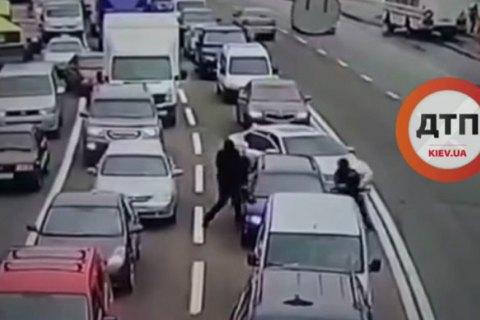 В пробке на проспекте Лобановского в Киеве неизвестные отобрали у водителя 300 тыс. гривен
