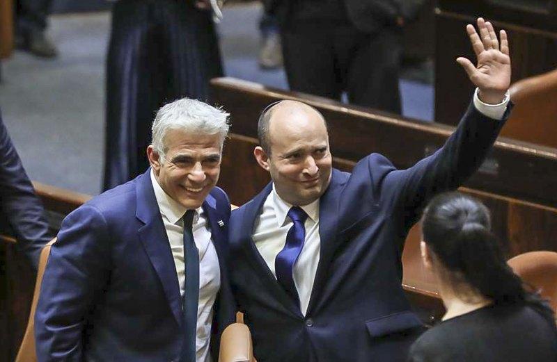 Прем'єр-міністр Нафталі Беннет (справа) та Яїр Лапід у день голосування у Кнесеті щодо нового коаліційного уряду, Єрусалим, 13 червня 2021 р.