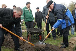 Азарову подарят лопату