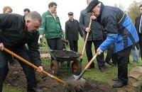 Протестующие приготовили Азарову лопату