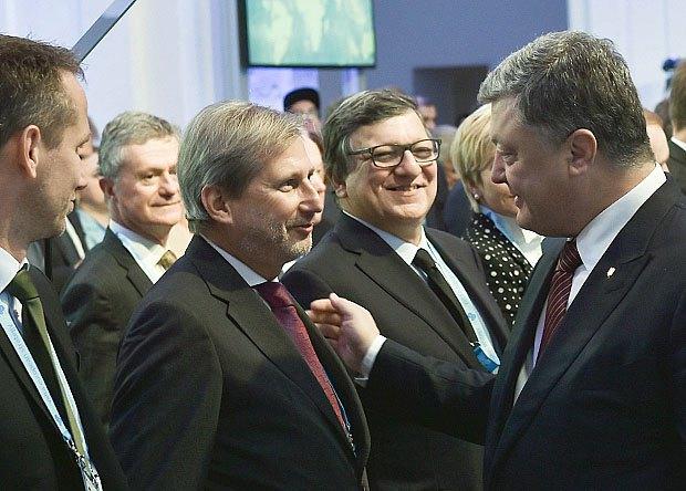 Президент Петр Порошенко общается с Йоганессом Ганом во время конференции YES в Киеве