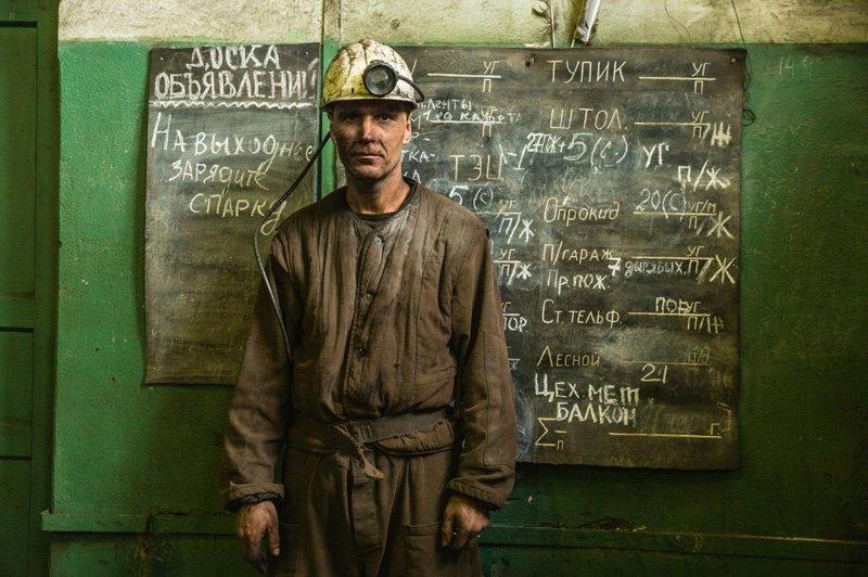 Шахтер Игорь Воронкин после смены на угольной шахте Баренцбурга, Архипелаг Шпицберген, Норвегия.