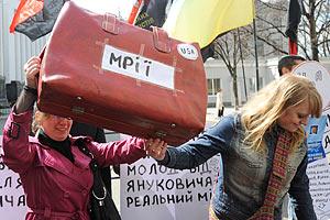 Молодежь у Администрации напомнила Януковичу об обещании доступного жилья