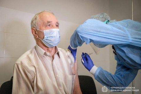 У Чернівецькій області почали щеплювати від ковіду тих, кому виповнилося 80 років