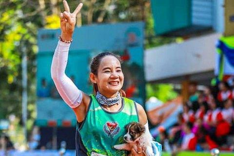 Участница марафона спасла щенка и до финиша 35 км бежала с ним на руках
