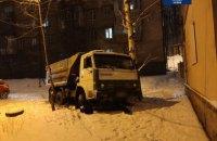 В Киеве задержали водителя навеселе, КАМАЗ которого застрял в снегу