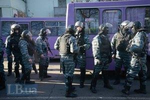 Бійці ВВ на Грушевського готові здатися протестувальникам