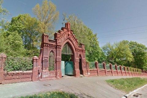 КМДА зупинила ремонт цегляної огорожі Байкового кладовища