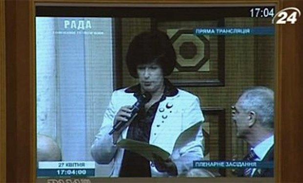Лутковська приймає присягу біля дверей сесійної зали Ради