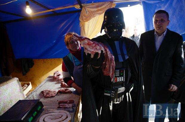 Дарт Вейдер в палатке торговцев мясом рядом с ЦИКом, справа - глава Интернет-партии Дмитрий Голубов
