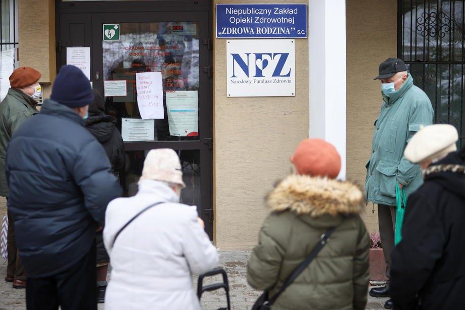 Люди похилого віку, які бажають зареєструватися на щеплення проти Covid-19, стоять у черзі під медичною клінікою у Варшаві, 15 січня 2021.