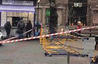 У центрі Києва на перехожу впали металеві конструкції - у постраждалої перелом