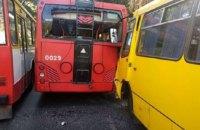 У центрі Одеси сім осіб постраждали в ДТП за участю тролейбуса і маршрутки
