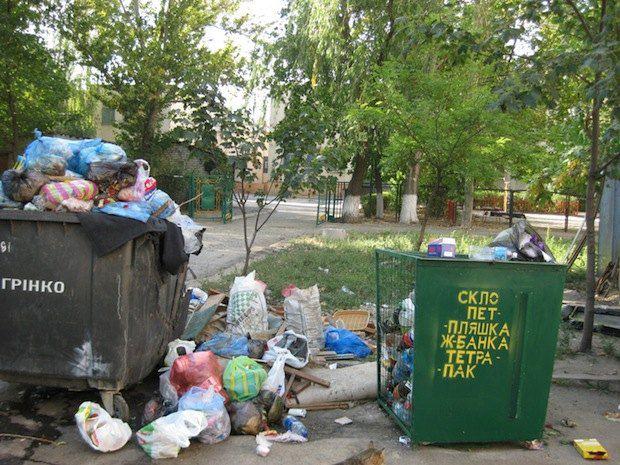 г. Николаев, ул. Артема, 32. Примечательно, что свалка находится прямо перед входом в дошкольное учебное заведение