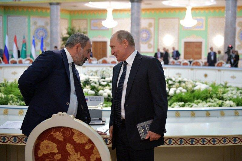 Президент РФ Владимир Путин беседует с премьер-министром Армении Николом Пашиняном во время саммита СНГ в Душанбе, 28 сентября 2018.
