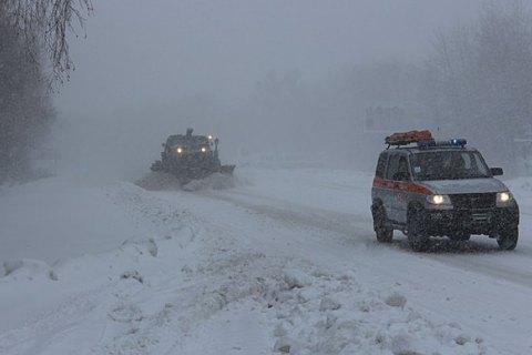 На всіх перевалах Закарпатської області через сильний сніг закрито рух автотранспорту