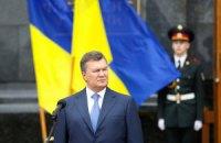 Янукович принял участие в поднятии государственного флага на Банковой