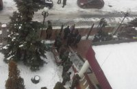 """Товарищей задержанных экс-бойцов """"Торнадо"""" не пустили на территорию суда"""