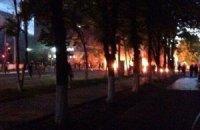 У Маріуполі перекрито центральну вулицю, палять покришки (Оновлено)