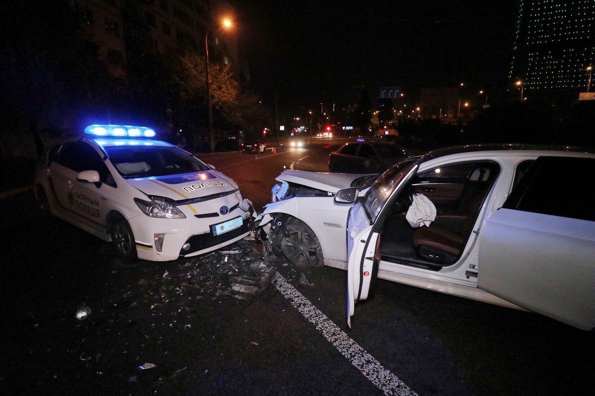 Патрульный автомобиль и BMW попали в лобовое столкновение в Киеве