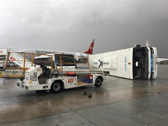 Торнадо перевернул автобусы слюдьми ваэропорту Антальи